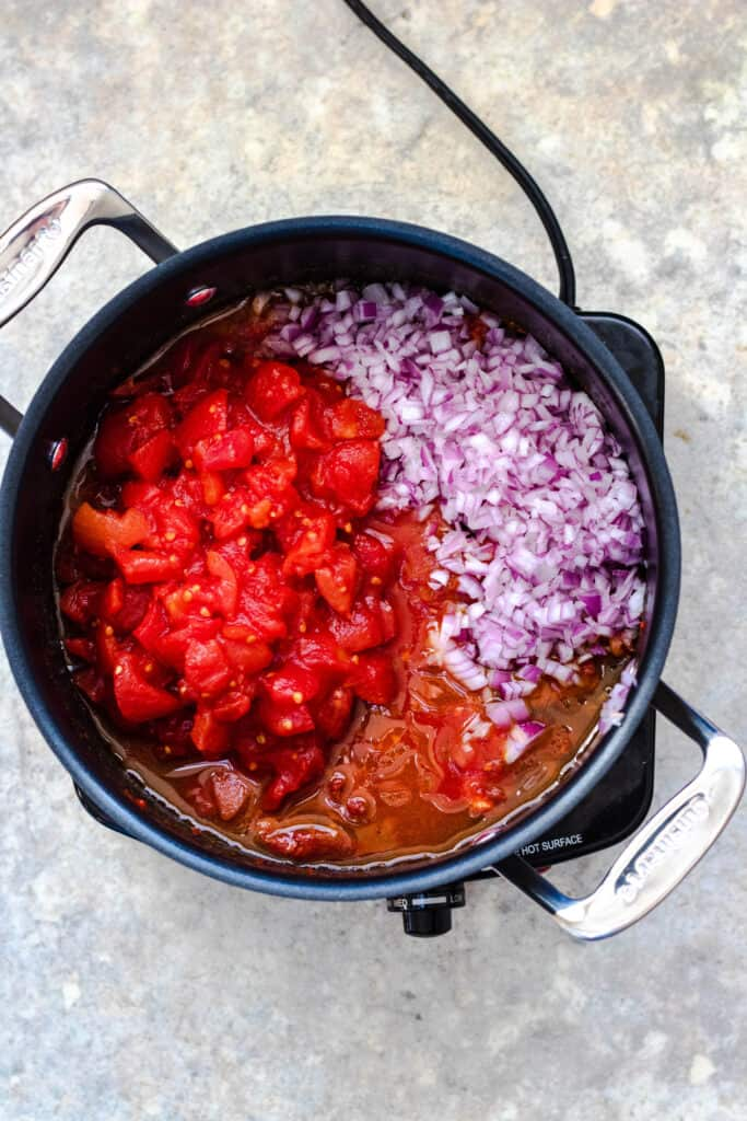 Tomatoes and red onions in a pot
